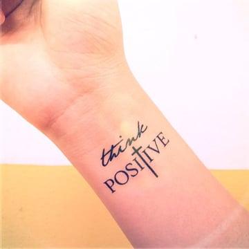 tatuajes del infinito en la muñeca con mensaje