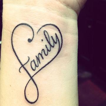 tatuajes del infinito en la muñeca sencillos
