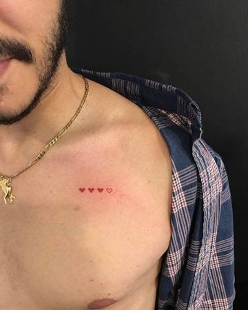 tatuajes pequeños en el pecho de corazones