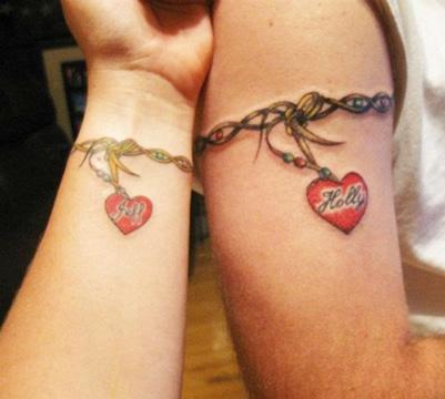tatuajes pulseras con nombres enamorados