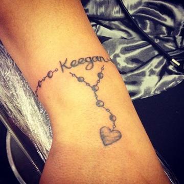 tatuajes pulseras con nombres para mujer