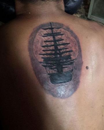 tatuajes de barcos piratas en espalda