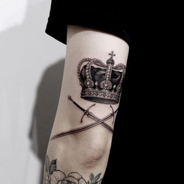 tatuajes de corona para hombres en brazo