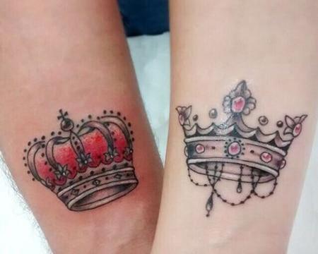 tatuajes de coronas a color para enamorados