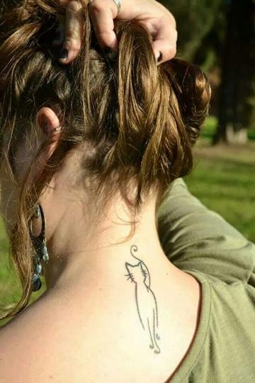 tatuajes de gatos en el cuello lineas simples