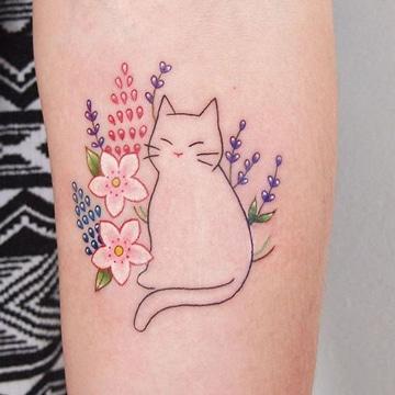 tatuajes de gatos para mujeres con flores