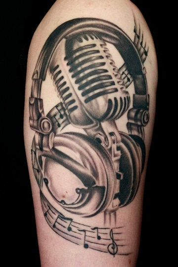 tatuajes de microfonos antiguos con audifonos