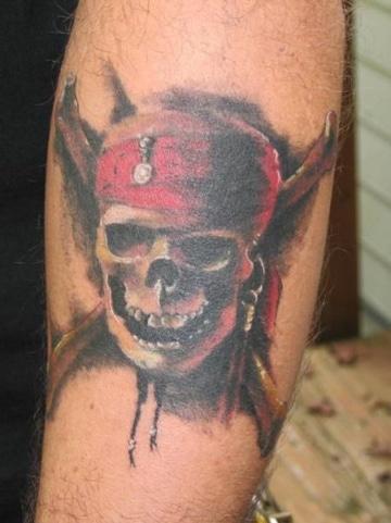 tatuajes de piratas del caribe en brazo