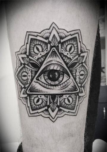 tatuajes del ojo que todo lo ve llamativo