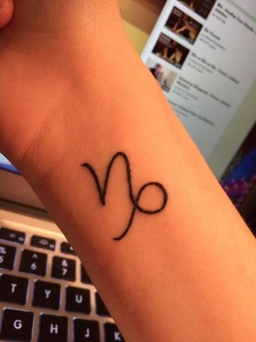 tatuajes del signo capricornio lineas delgadas