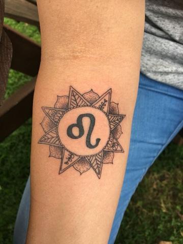 tatuajes del signo leo en brazo