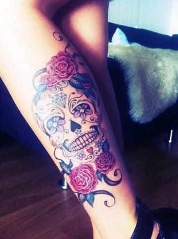 tatuajes de calaveras a color en la pierna