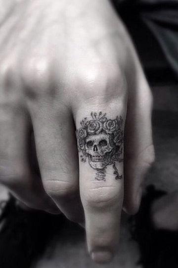 tatuajes de catrinas en la mano hombre