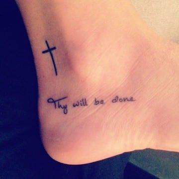 tatuajes de cruces para mujer en el pie