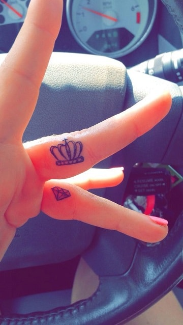 tatuajes de diamantes con coronas en la mano