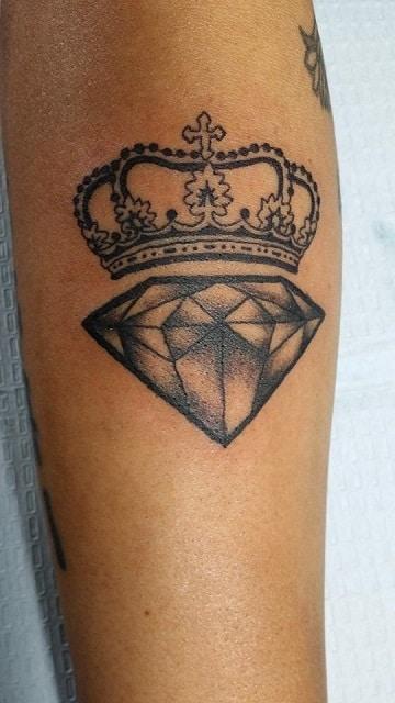 tatuajes de diamantes con coronas para hombres