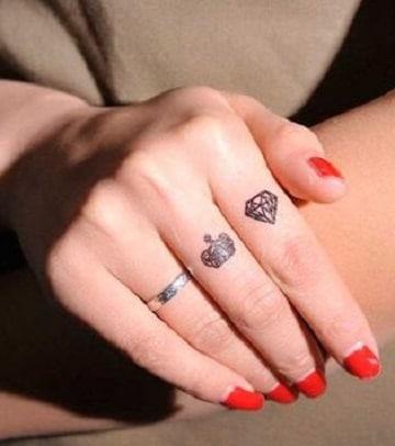 tatuajes de diamantes con coronas pequeños