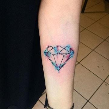 tatuajes de diamantes de colores en el brazo