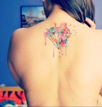 tatuajes de diamantes de colores en la espalda