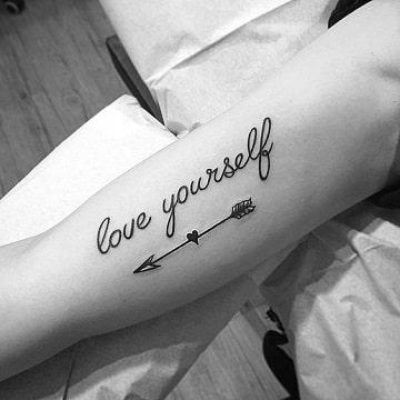 tatuajes de flechas con corazones para hombres