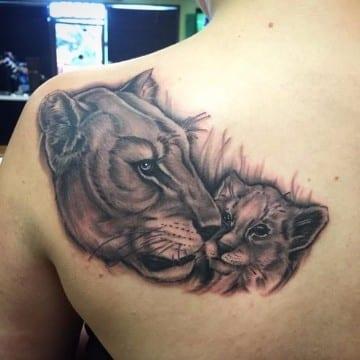tatuajes de leonas con sus cachorros en la espalda