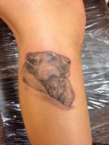 tatuajes de leonas con sus cachorros para mujeres