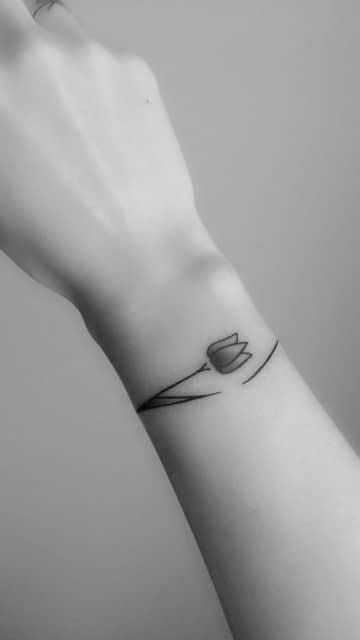 tatuajes de pulseras para mujer flor