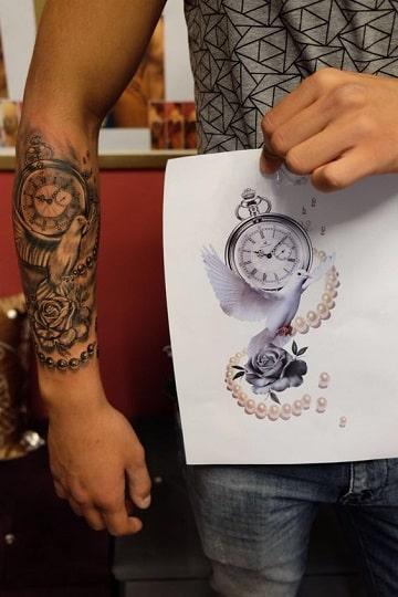 tatuajes de rosas y reloj con dibujo