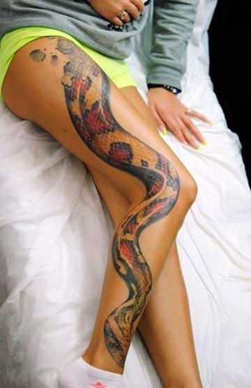tatuajes de serpientes para mujeres en la pierna