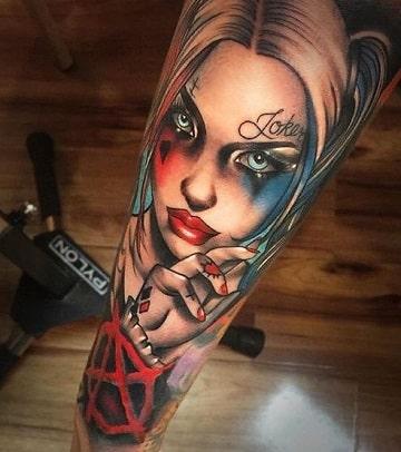 tatuajes que tiene harley quinn en el brazo