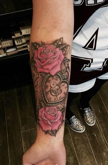 tattoos de rosas en el brazo con reloj