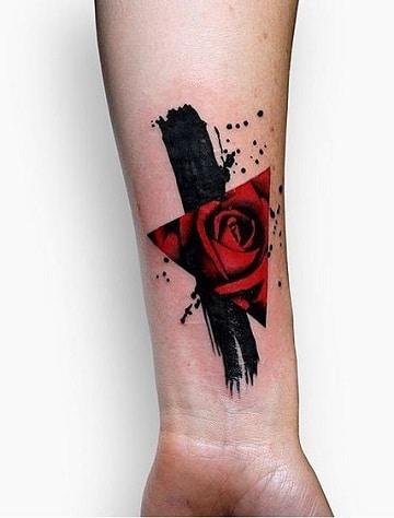 tattoos de rosas en el brazo modernas