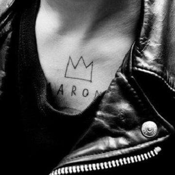 tatuajes de coronas en el pecho para hombres