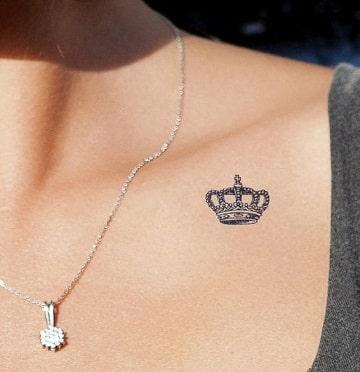 tatuajes de coronas en el pecho pequeños