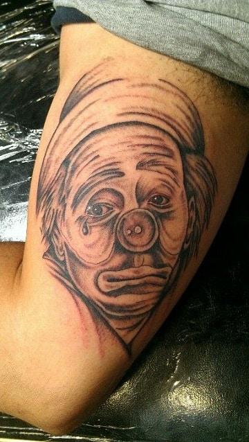 tatuajes de payasos llorando en el brazo