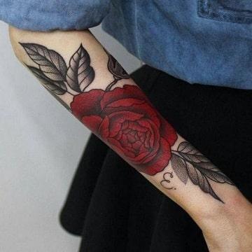 tatuajes de rosas en los brazos para mujeres