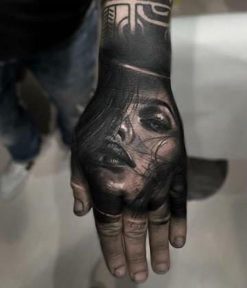 tatuajes de rostros de mujeres en la mano
