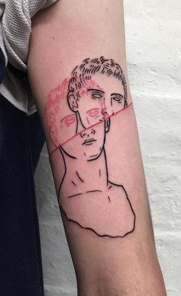 tatuajes de rostros en el brazo de famosos