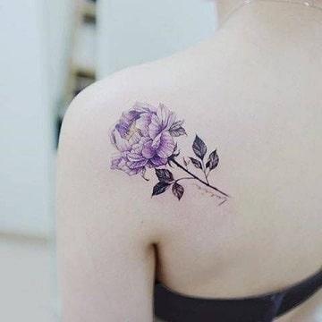 tatuajes femeninos en el hombro flor