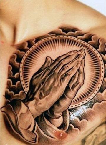 tatuajes manos de cristo en el pecho