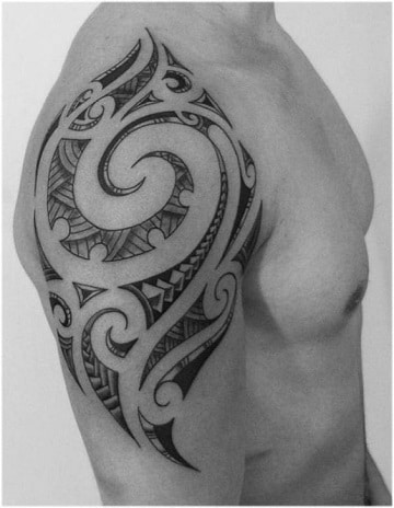tatuajes tribales para el hombro en hombres musculosos