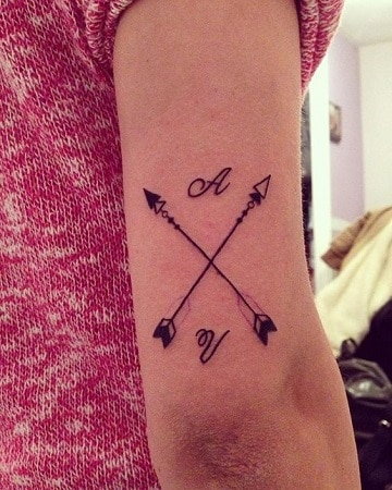 tatuajes con iniciales para mujeres en el antebrazo