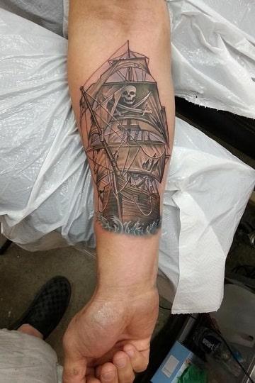 tatuajes de barcos piratas en el antebrazo