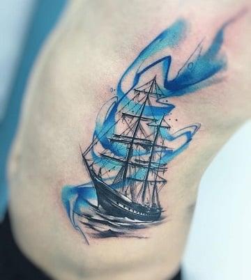 tatuajes de barcos piratas en la cintura