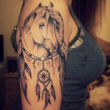 tatuajes de caballos en el brazo hombro
