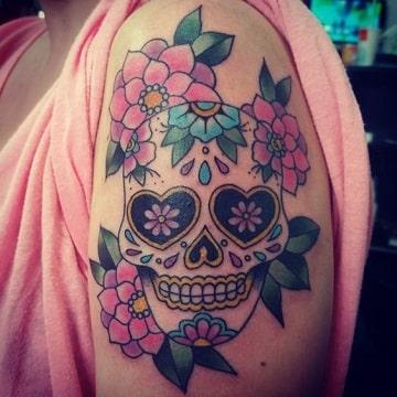 tatuajes de calaveras de mujer con flores