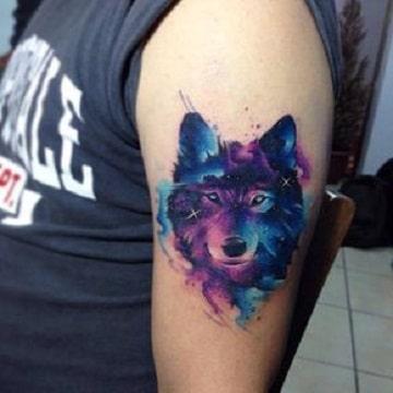 tatuajes de colores en el brazo lobo