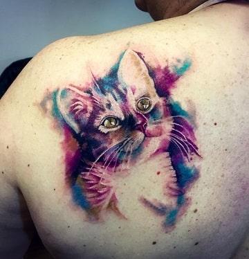 tatuajes de gatos en acuarela en la espalda