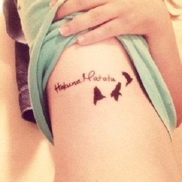 tatuajes de hakuna matata en la cintura