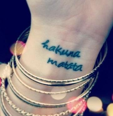 Un Simbolismo De Alegria En Tatuajes De Hakuna Matata